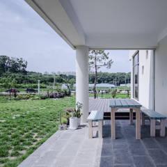 청원 단독주택 [라온재]: KDDH Architects의  베란다