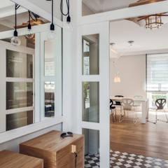 Dom prywatny 2013: styl , w kategorii Korytarz, przedpokój zaprojektowany przez formativ. indywidualne projekty wnętrz