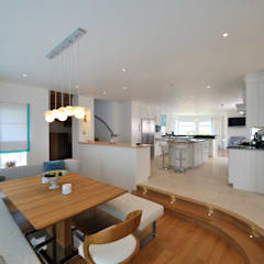 The Sea House, Porth, Cornwall: Modern Dining Room By The Bazeley  Partnership
