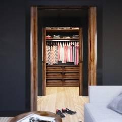 APARTAMENT GARNIZON W GDAŃSKU: styl , w kategorii Garderoba zaprojektowany przez Sikora Wnetrza