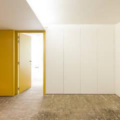 appartements DKJ: Garage / Hangar de style de style Moderne par P8 architecten