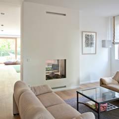 Neubau Einfamilienhaus mit Doppelgarage in Düsseldorf:  Multimedia-Raum von Architekturbüro J. + J. Viethen