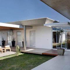 Residência R&CH: Jardins de inverno minimalistas por Skylab Arquitetos