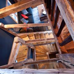Chalet de Claude: cage d'escalier: Couloir et hall d'entrée de style  par shep&kyles design