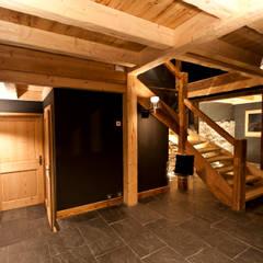 Chalet de Claude: couloir RDC au vielle ferme: Couloir et hall d'entrée de style  par shep&kyles design