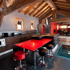 Chalet de Claude: un chalet de luxe, mais distinctif avec un intérieur en rouge et noir: Cuisine de style  par shep&kyles design