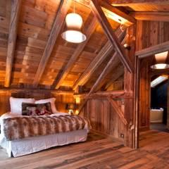 Chalet de Claude: un chalet de luxe, mais distinctif avec un intérieur en rouge et noir: Chambre de style  par shep&kyles design