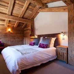 Chalet Les Chantéls: Un chalet neuf de luxe qui combine  l'architecture traditionnelle savoyarde avec un intérieur contemporain: Chambre de style  par shep&kyles design