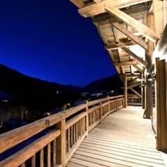 Chalet Les Chantéls: extérieur et balcon: Terrasse de style  par shep&kyles design