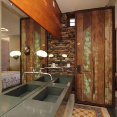 rustic Bathroom by COSTAVERAS ARQUITETOS