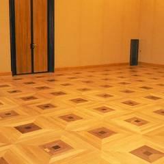 Kancelaria Premiera RP - układanie i renowacja podłóg drewnianych: styl , w kategorii Centra kongresowe zaprojektowany przez Profi Parkiet II