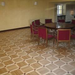 Kancelaria Premiera RP - układanie i renowacja podłóg drewnianych: styl , w kategorii Centra handlowe zaprojektowany przez Profi Parkiet II Parkiet.pl