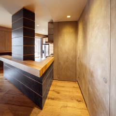 Abbandonare l'impronta tradizionale senza rinunciare ad un ambiente caldo e confortevole: Ingresso & Corridoio in stile  di AMlab