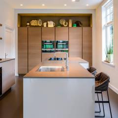 Woonkamer + keuken Amstelveen:  Keuken door Baden Baden Interior, Modern