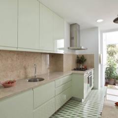 Apartamento Saldanha_Reabilitação Arquitectura + Design Interiores: Cozinhas  por Tiago Patricio Rodrigues, Arquitectura e Interiores
