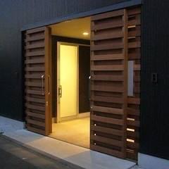 Puertas de garajes de estilo  por 三浦尚人建築設計工房, Moderno Madera Acabado en madera