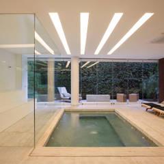 Edifício Rêve Leblon: Spas  por Gisele Taranto Arquitetura