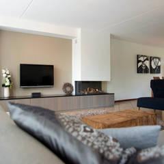 Overzicht van de woonkamer met haard:  Woonkamer door Hemels Wonen interieuradvies en ontwerp