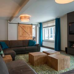 Industriële barndoor :  Woonkamer door Hemels Wonen interieuradvies en ontwerp