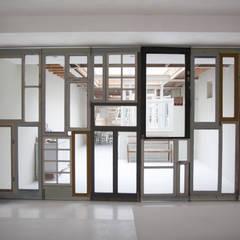 scheiding tussen kantoor en privé:  Studeerkamer/kantoor door Architectenbureau Vroom