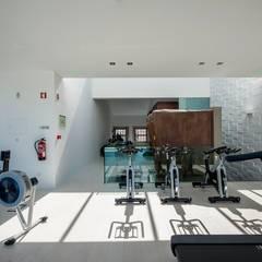 Reabilitação de Edifício Sede Social dos Amigos da Montanha: Ginásios  por Risco Singular - Arquitectura Lda