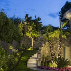 Illuminazione residenziale sul Lago di Garda: Giardino in stile  di PLATEK