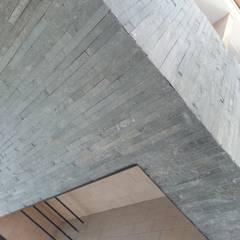 Minimalistische Wohnzimmer von estudio|44 Minimalistisch Stein