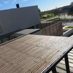 Moderne Garagen & Schuppen von estudio|44 Modern Holz Holznachbildung