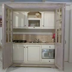 Minicucina a 4 ante scorrevoli: Cucina in stile in stile Mediterraneo di LA BOTTEGA DEL FALEGNAME