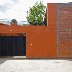 CASA XOCHIMILCO _ II: Casas de estilo  por rOOtstudio