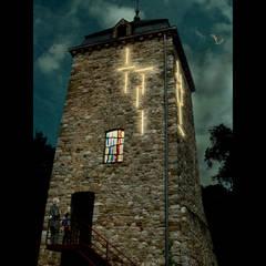 Mise en lumière de la Tour Saint-Martin à Comblain-au-Pont (Belgique): Hôpitaux de style  par BY CORTEN FRYNS