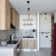 Проект однокомнатной квартиры  40 м² (раздельная комната): Кухни в . Автор – SAZONOVA group, Скандинавский