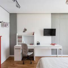 Проект однокомнатной квартиры  40 м² (раздельная комната): Спальни в . Автор – SAZONOVA group, Скандинавский