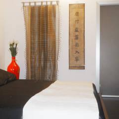 camera da letto: Camera da letto in stile in stile Asiatico di Studio Zay Architecture& Design