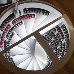 Bodegas de vino de estilo moderno por Spiral Cellars