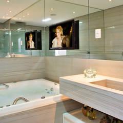 Loft com vista para Baía de Todos os Santos: Banheiros  por Evviva Bertolini