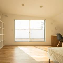 壁面収納 モダンスタイルの寝室 の 株式会社 建築集団フリー 上村健太郎 モダン