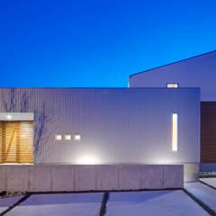 梅の木のある家: 有島忠男設計工房が手掛けた家です。