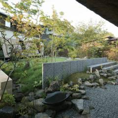 茅葺をめぐる露地と庭と。: 和泉屋勘兵衛建築デザイン室が手掛けた庭です。