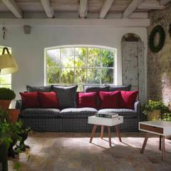MILOS Sofa - IO E TE Beistelltisch - NUMERO 3 Stehlampe:  Terrasse von HORM.IT