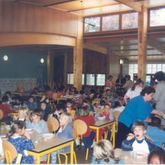 Restaurant scolaire école maternelle à Bourg la Reine: Ecoles de style  par Atelier du Point du Jour