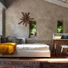 FIGI Sofa/Bett bei Orizzonti - WOODCLOCK Uhr - BUREAU Schreibtisch - RAY Chair - ALBINO Beistelltisch:  Schlafzimmer von HORM.IT