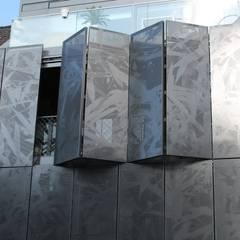Jeden Tag neu, jede Stunde neu. Die Fassadengsetaltung von Baier ermöglicht immer ein neues Gesicht.:  Fenster von Baier GmbH