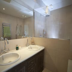 Duplex 2ème: Salle de bains de style  par STUDIO SANDRA HELLMANN