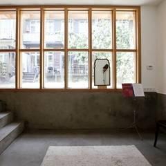 Zicht terug op tuin en woonhuis:  Tuin door Atelier Paco Bunnik