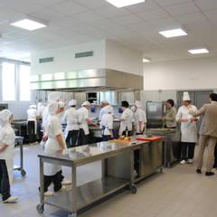 NUOVO CENTRO DI FORMAZIONE PROFESSIONALE E LICEO ENOGASTRONOMICO A NOVENTA PADOVANA (PD): Scuole in stile  di Studio Rossettini