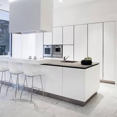 WHITE: Cozinha  por RAIZ QUADRADA
