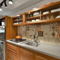 Apartamento Publicitária: Cozinhas  por Johnny Thomsen Design de Interiores