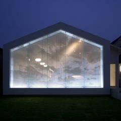 廣瀬歯科診療所 ファサード夜間-1: eleven nine interior design officeが手掛けた病院です。