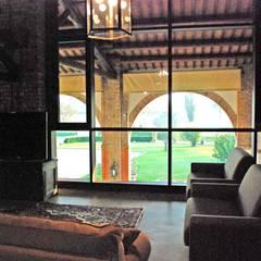 RISTRUTTURAZIONE E AMPLIAMENTO DI EDIFICO RESIDENZIALE A BARBONA (PD): Sala multimediale in stile  di Studio Rossettini